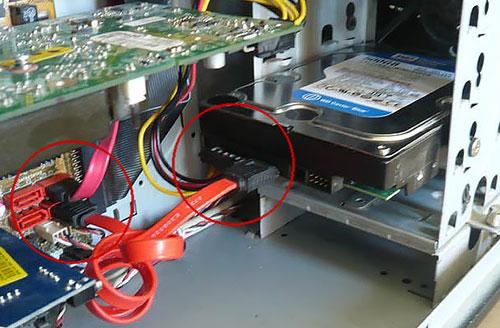 отсоединение SATA кабелей